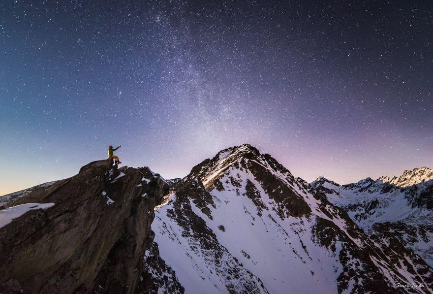 Кристални звезди високо в планината през зимата.