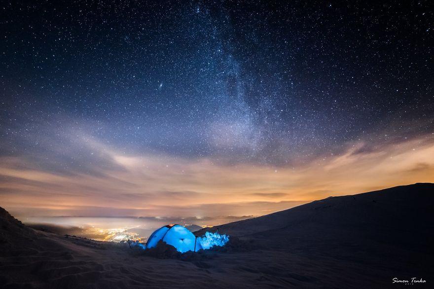 С палатки в планината през зимата.