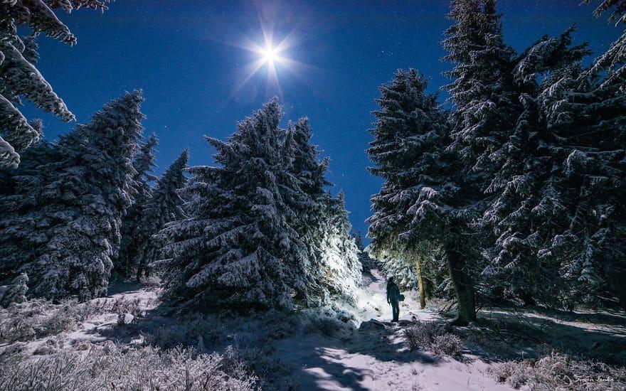 Зимна приказка високо в планината с много сняг.