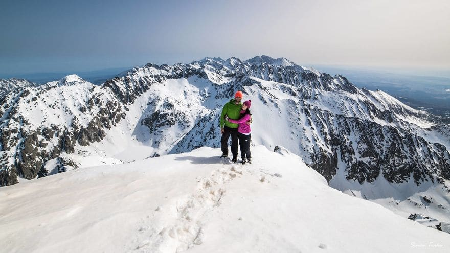 Влюбени високо в планината през зимата