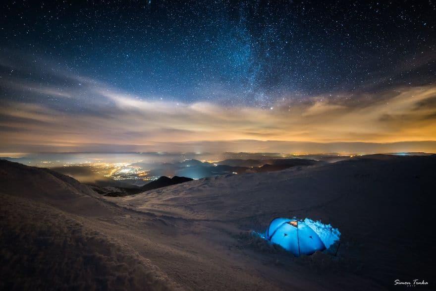 Палатка високо в планината през зимата.
