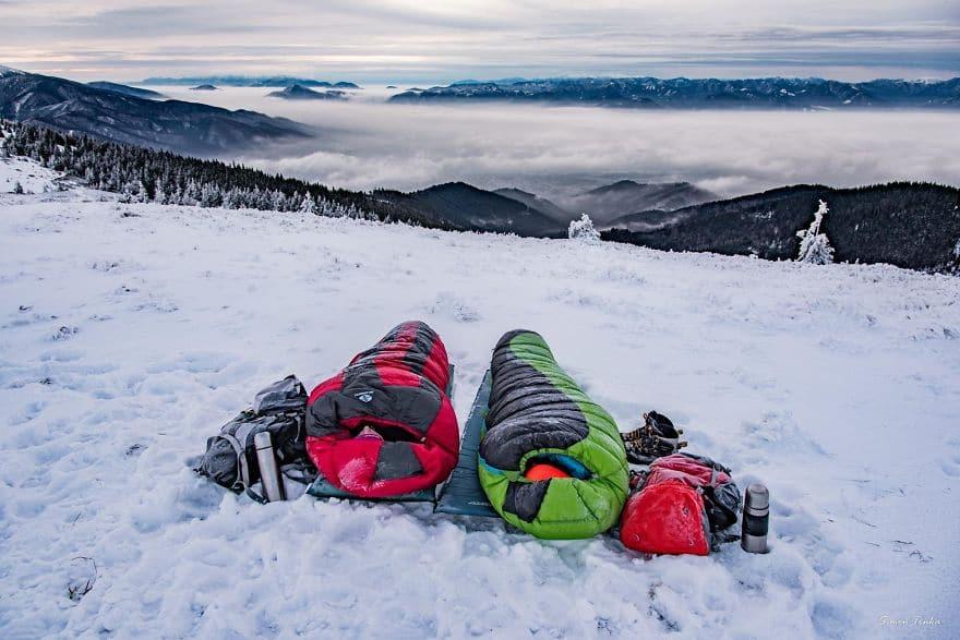 Спални чували през зимата високо в планината.
