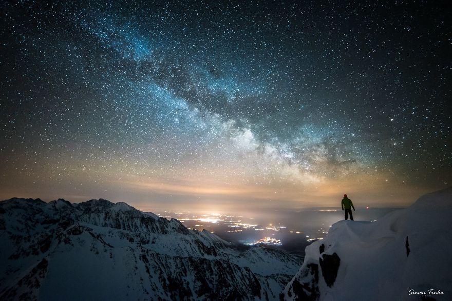 Млечният път високо в планината през зимата.