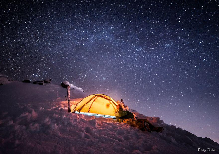 Звездно небе в планината през зимата.