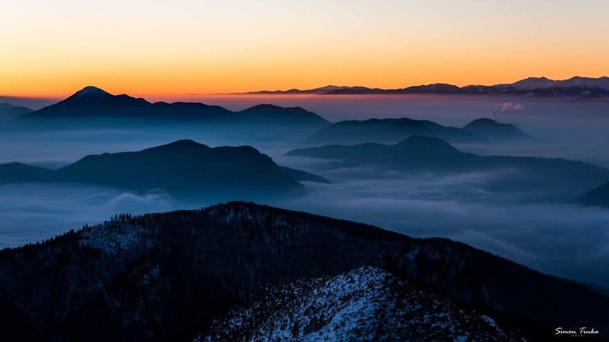 Утро над море от облаци в Словакия.